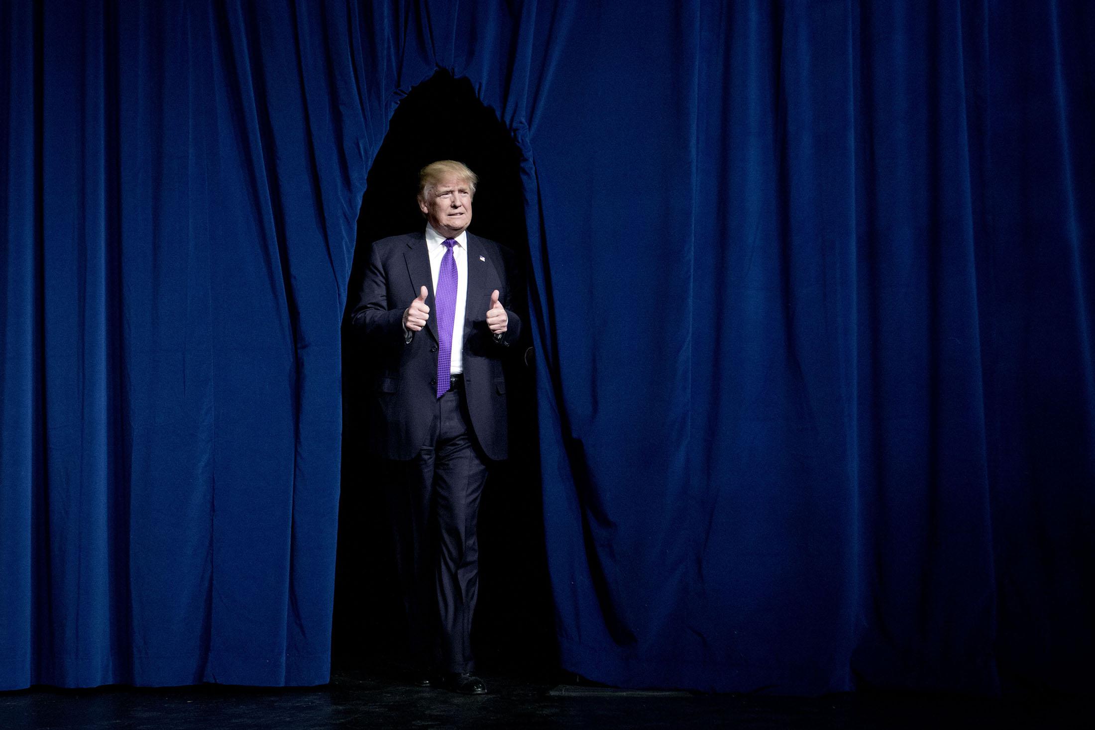 Donald Trump precis innan han håller sitt segertal på Treasure Island Resort & Casino.
