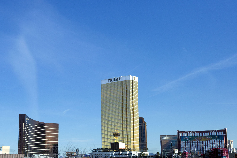 Trumps hotell i Las Vegas har inget kasion. Till höger är Treasure Island Resort & Casino där han hade sin valvaka och till vänster syns kasinohotellet Wynn vars ägare Steve Wynn var på Trumps segertal. Trump sa att han och Wynn brukade bråka om vem som hade det finaste hotellet.