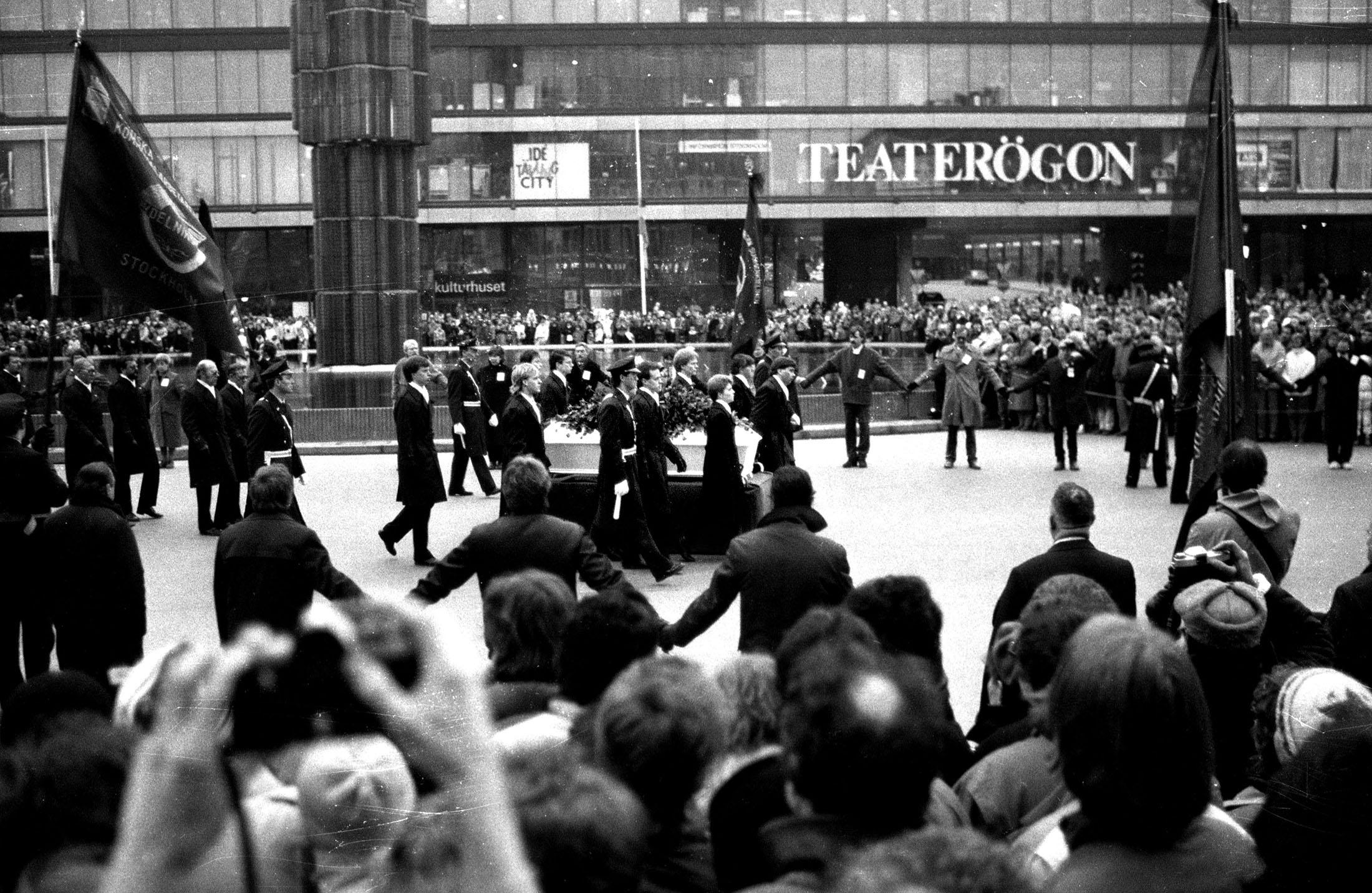 15 mars, 1986. Olof Palmes kista passerar Sergels Torg på väg till Stockholms Stadshus. Jag var inte där på uppdrag utan åkte in till stan med min bror Johnny för att vi kände att vi behövde vara där. Vi stod i många timmar och frös innan kortegen kom.