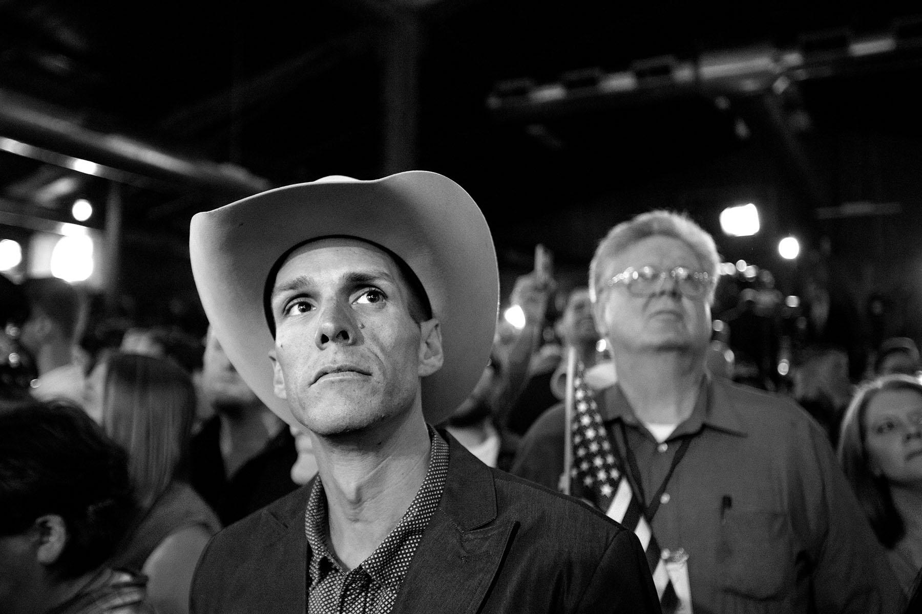 Ted Cruz-supportar väntar in valresultatet på hans valvaka strax utanför Houston i Texas.