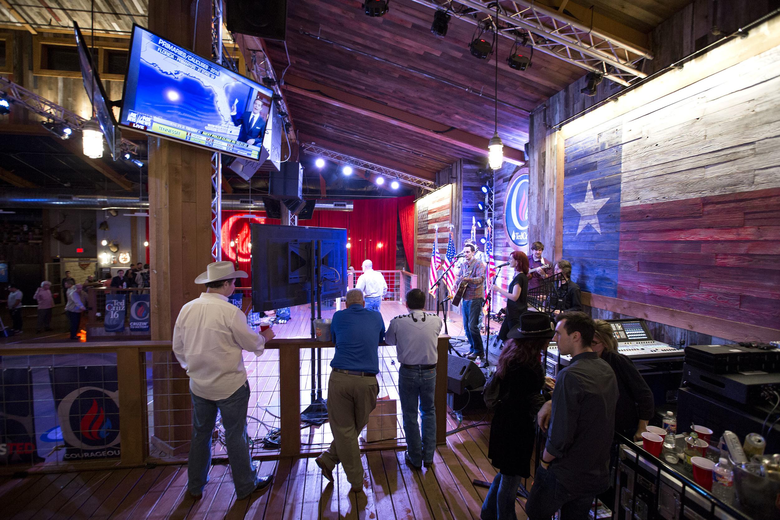 Ett countryband spelar på samma scen som Ted Cruz en kort stund tidigare höll sitt segertal efter vinsten i Texas primärval. På TV:n rullar FOX News valbevakning.