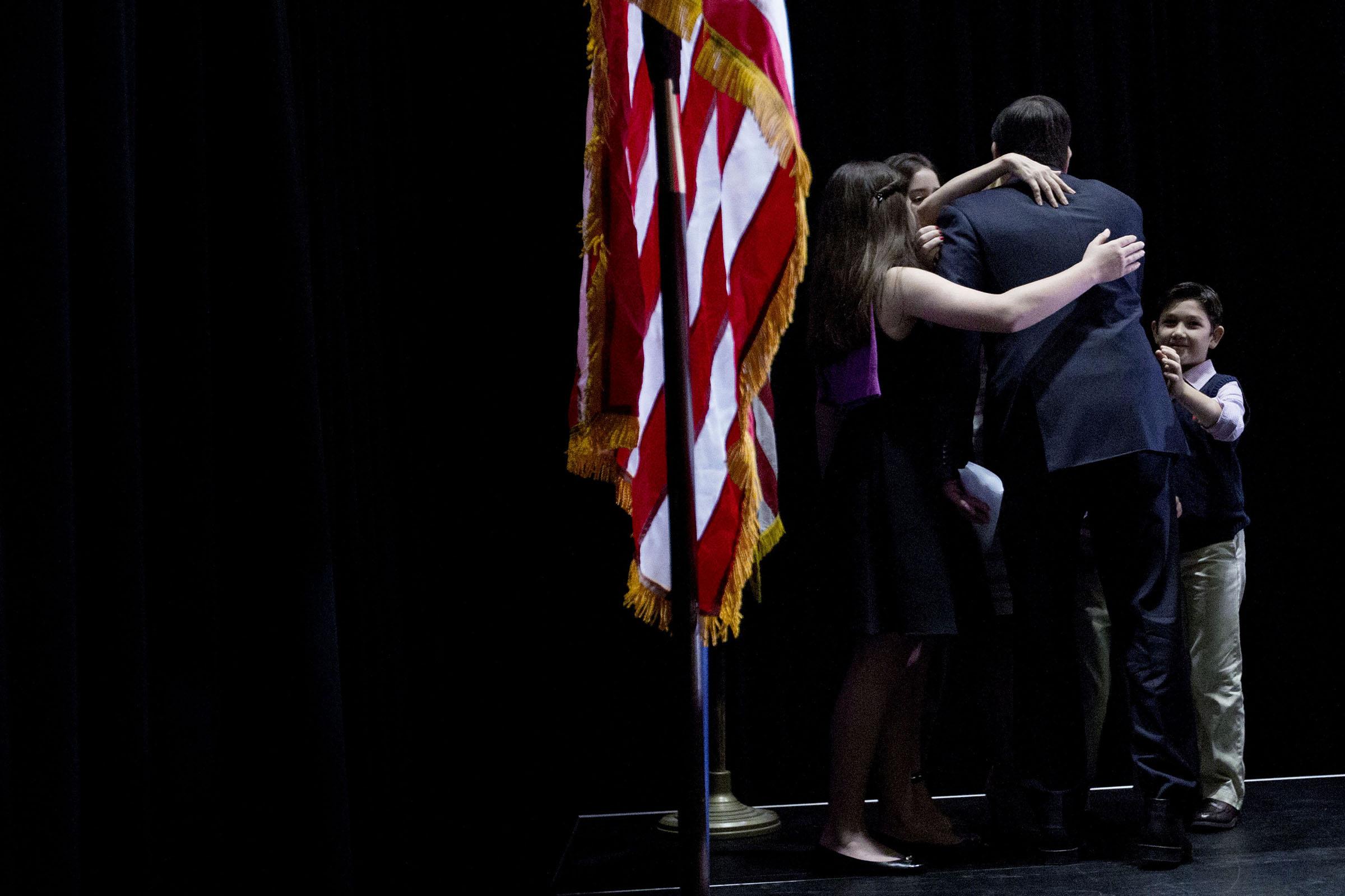 Den republikanska presidentkandidaten Marco Rubio får en kram av sin familj efter att ha meddelat på sin valvaka att han drar sig ur presidentvalet.