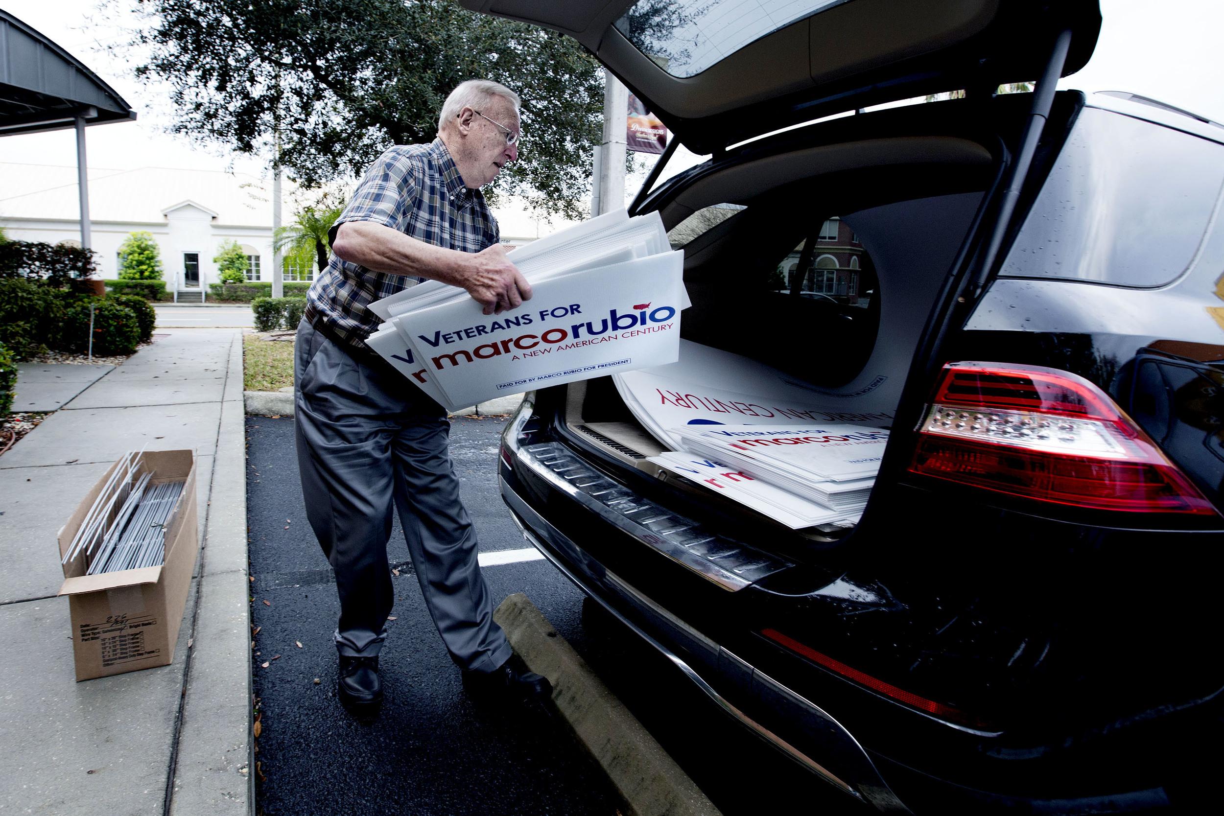 Det är dagen före primärvalet i Florida och Vietnamveteranen Chris Hart lastar sin bil full med Marco Rubio-skyltar.