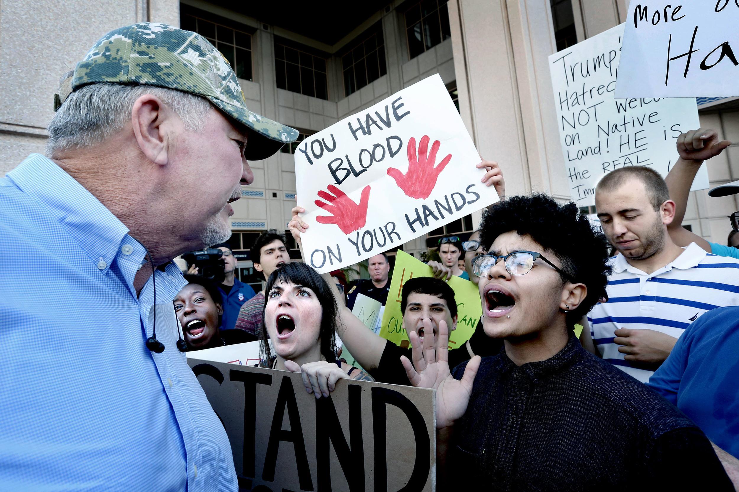 Demonstranter konfronterar en Donald Trump-supporter utanför Tampa Convention Center där den republikanska presidentkandidaten samtidigt höll ett valmöte.
