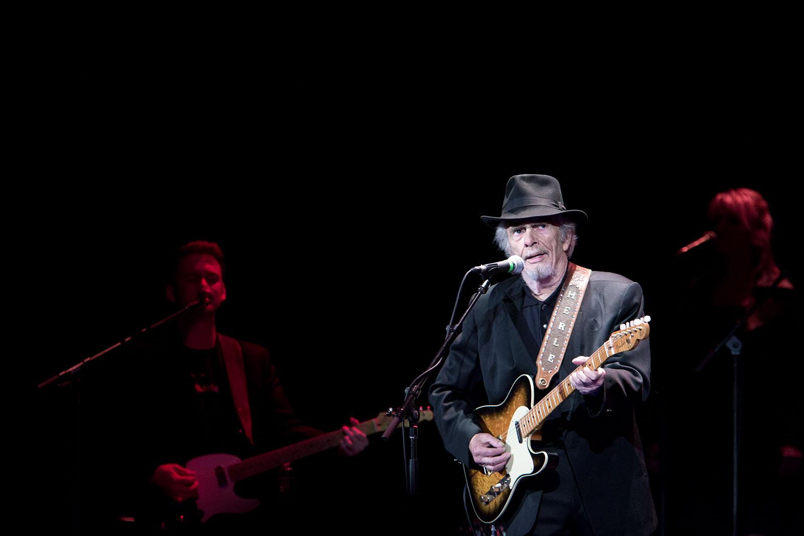 Merle Haggard spelar på Music Hall i Tarrytown, NY den 4 november 2013. Till vänster är hans son Ben Haggard som spelar gitarr i bandet.