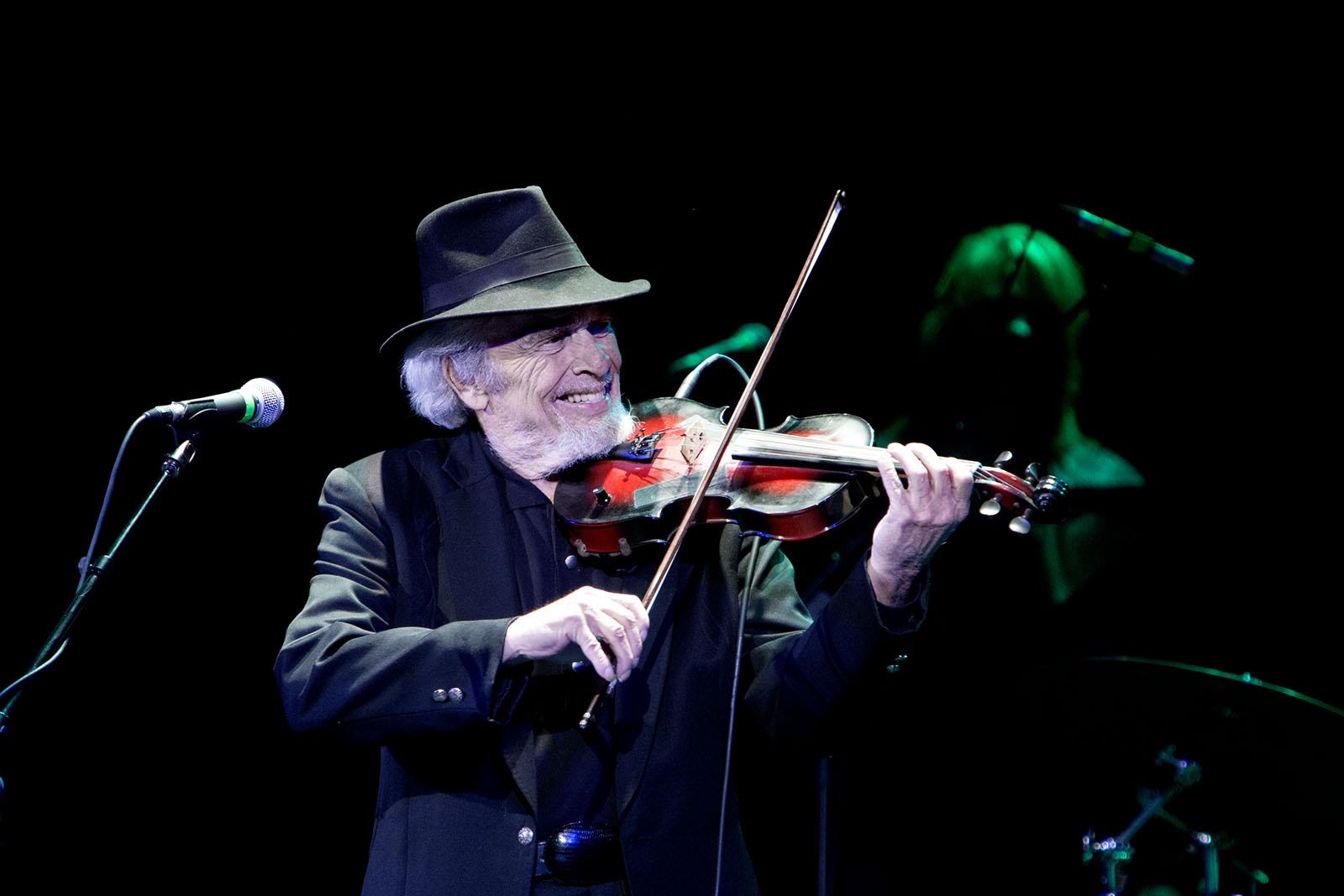 Merle spelade även fiol under ett par låtar på Music Hall i Tarrytown.