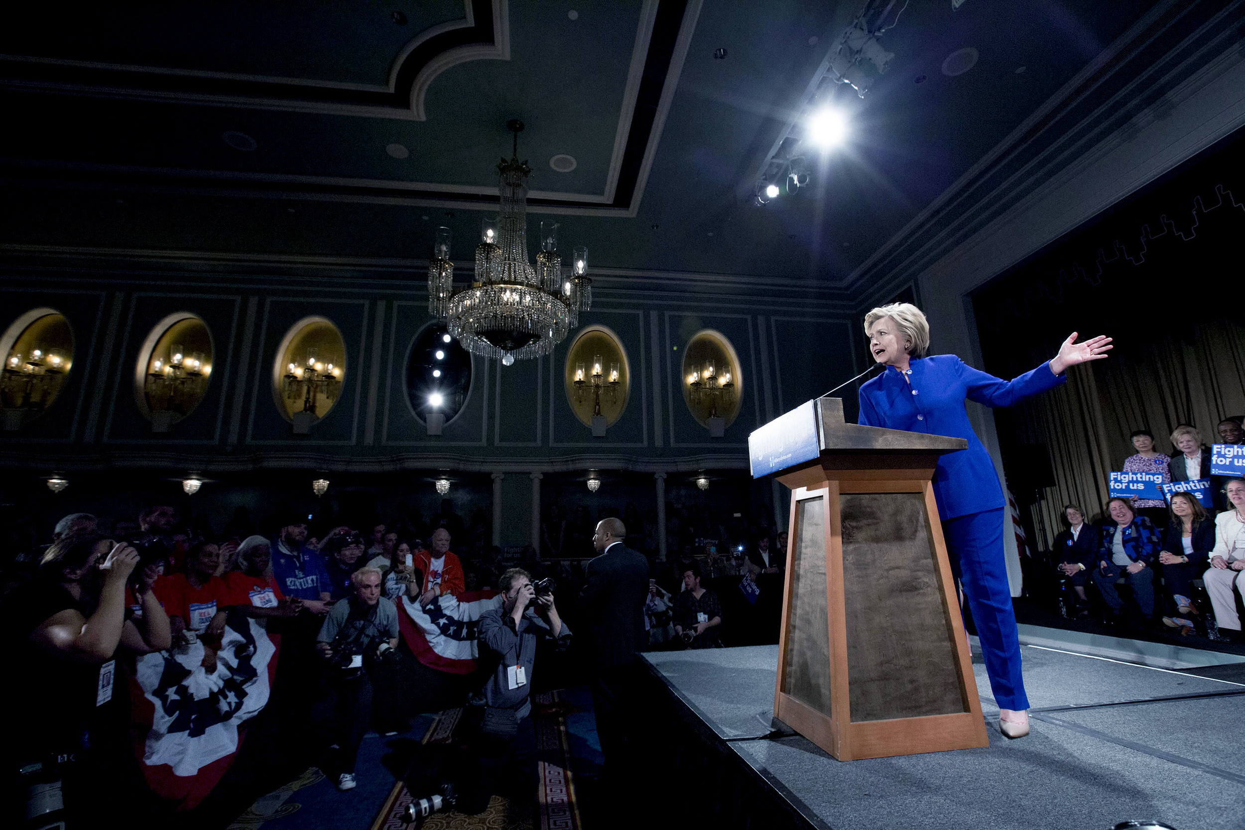 Hillary Clinton håller tal på Hilton i Midtown Manhattan inför ca. 6-700 personer dagen efter Bernie talade inför 28.000 anhängare i Brooklyn. På Hillarys valmöte lyckades jag, till skillnad från dagen innan, få fem minuter (men inte mer) framför scenen vilket ju skapar mer närhet i bilderna.