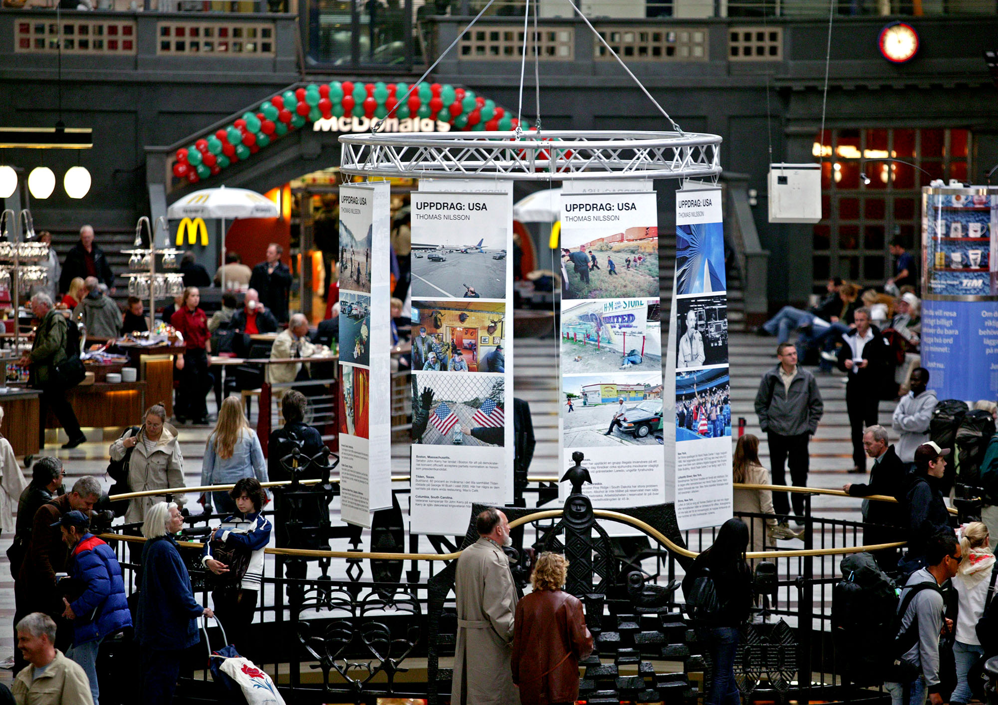 Uppdrag: USA / Assignment: USA - Exhibition at Stockholms Centralstation (The main train station in Stockholm, Sweden). September 2004.