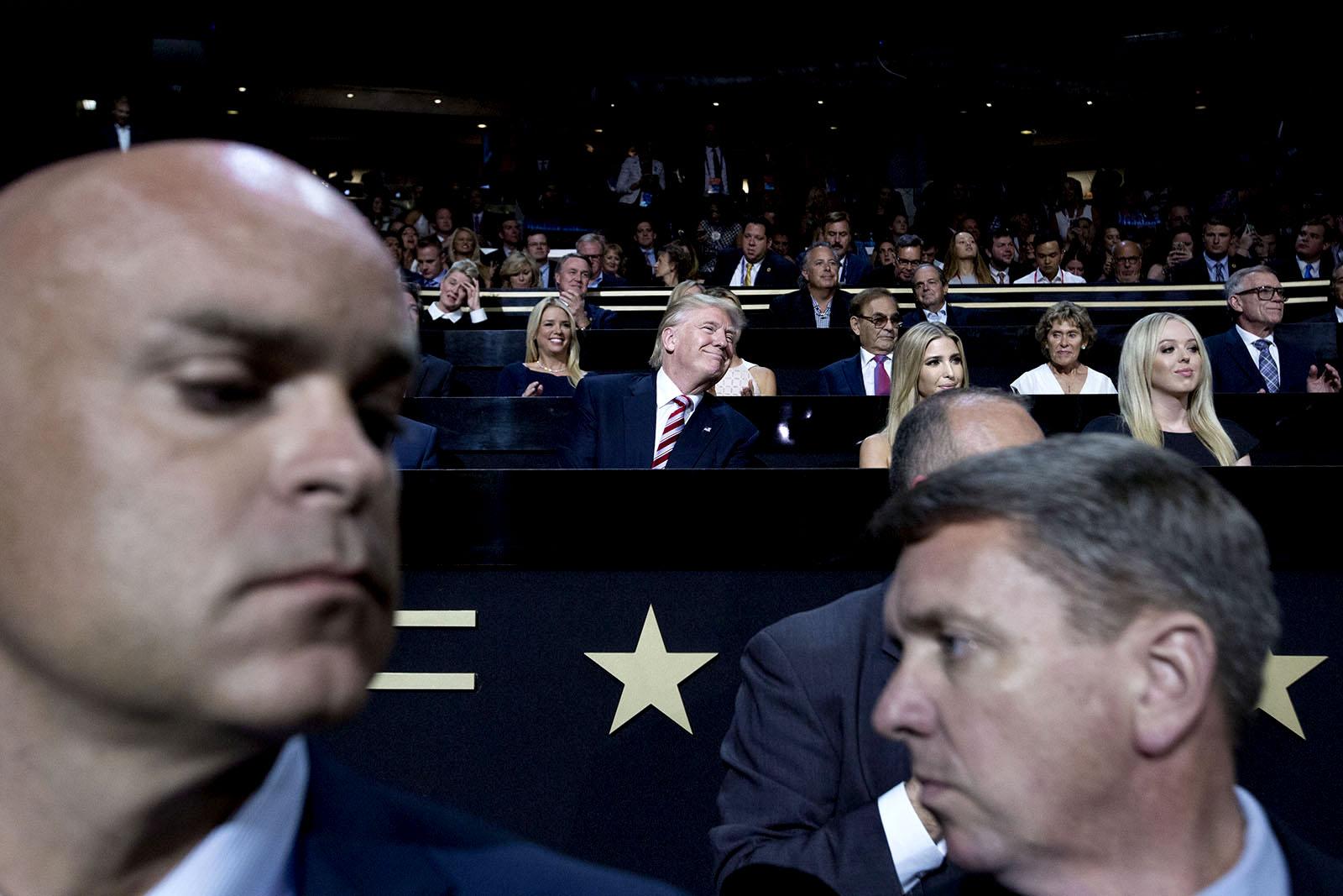 Donald Trump,med sina döttrar Ivanka och Tiffany, lyssnar på sin son Eric Trumps tal under Republikanernas konvent i Philadelphia. I förgrunden är Secret Service-agenter.