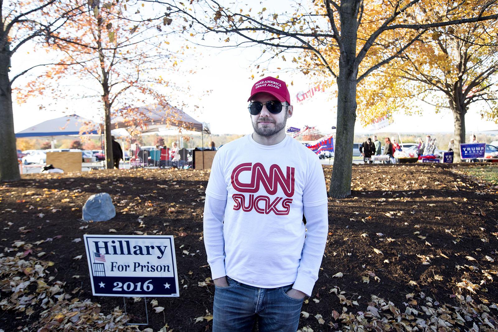 """Bilden är tagen fyra dagar innan presidentvalet, utanför arenan i Hershey, Pennsylvania där Donald Trump snart ska hålla ett valmöte under vilket publiken tidvis skanderade just orden """"CNN Sucks""""."""