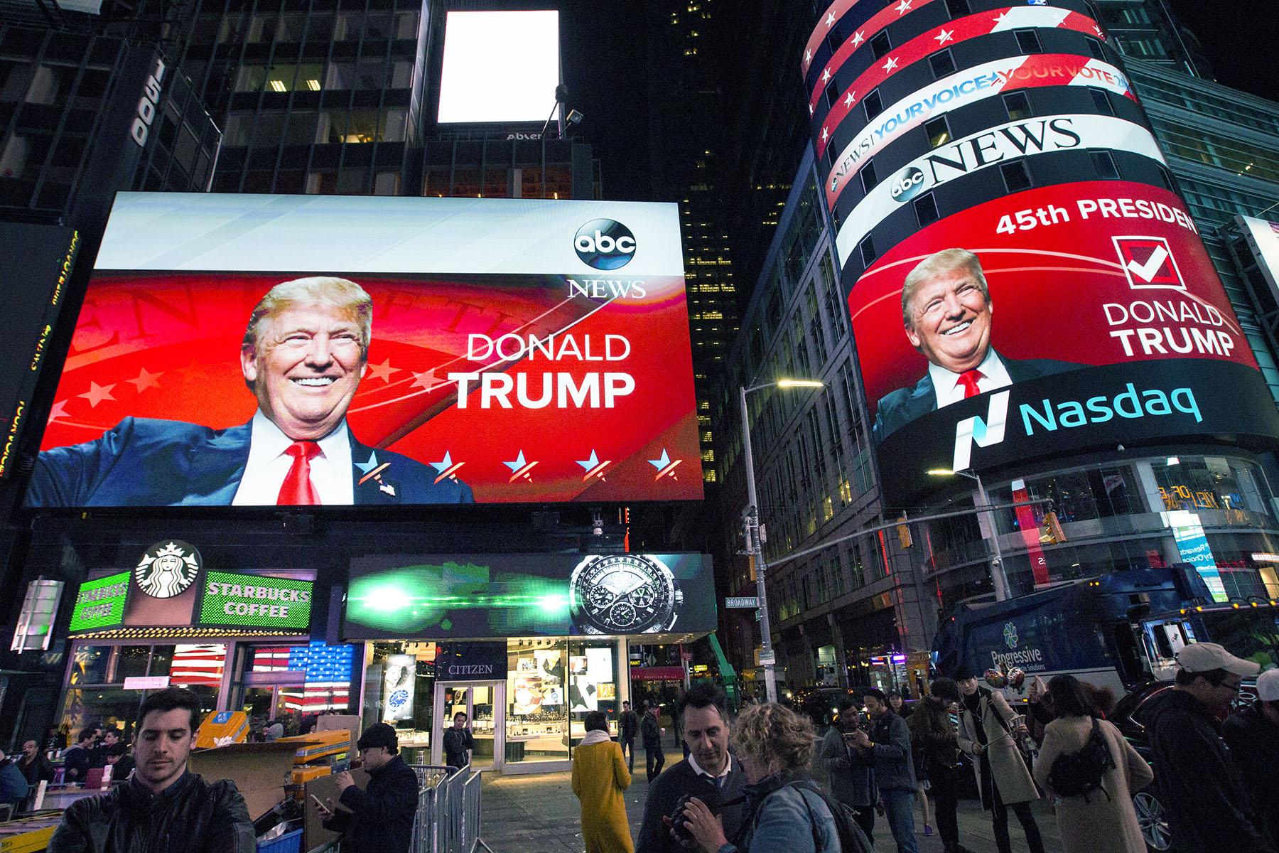 Times Square klockan tre på valnatten, strax efter att Donald Trump höll sitt segertal på Hilton några kvarter därifrån.