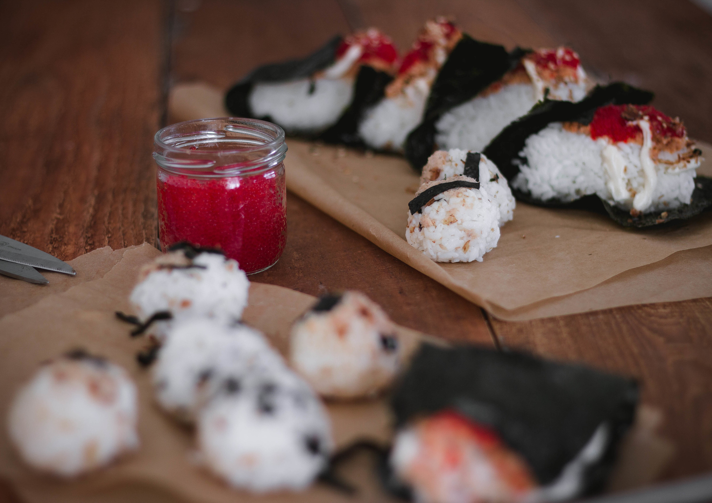 Super easy spicy salmon onigiri or omusubi recipe like Sunny Blue in LA| by fit for the soul