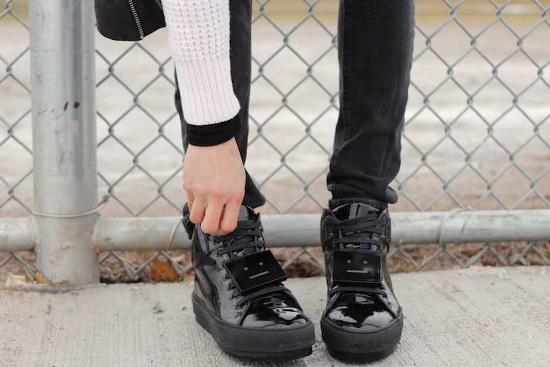 Woahstyle.com | Cozy Casual Knits with Acne Studios black patent leather Cleo sneakers #blackandwhite #streetstyle