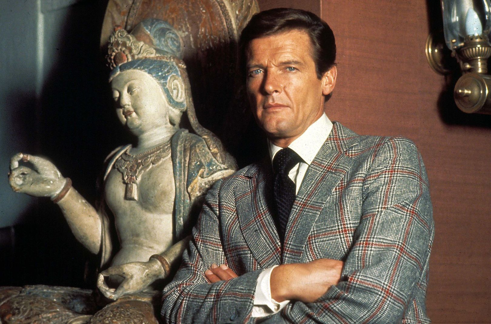 007 Style: Sir Roger Moore Style Tips: As the world mourns the loss of Sir Roger Moore, it is best to remember that he lives on in the iconic fashion statements he made. Here are 4 simple ways to amp up your wardrobe all while maintaining that suave 007 look.