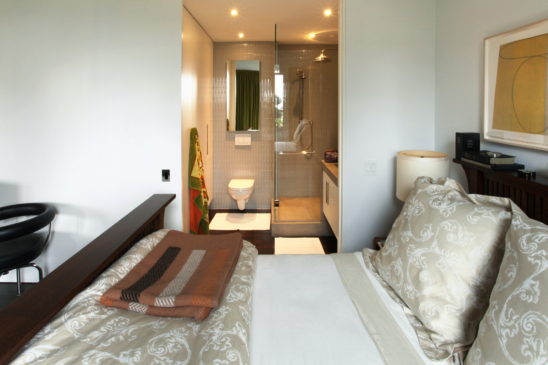 bedroom bathroom.jpg