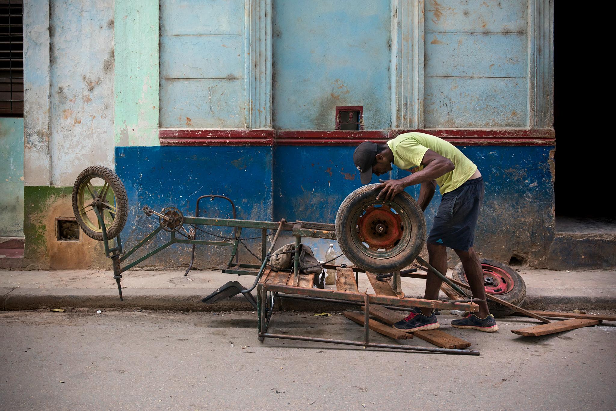 fb.cc.3.30.2017.Repairing_A_Cart.Havana_Cuba_K9A6590.jpg