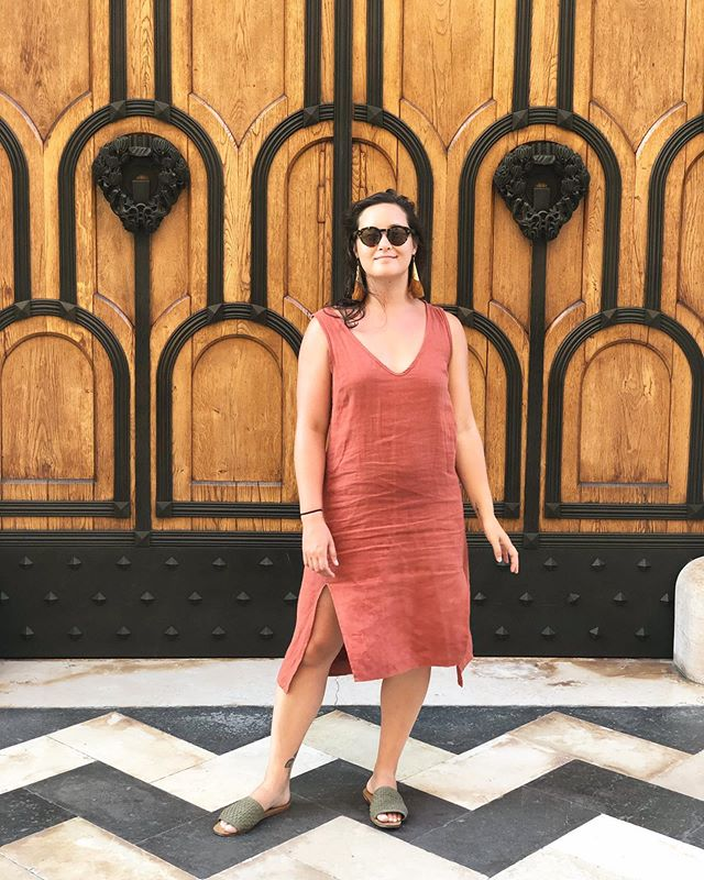I've been wearing this @vincettastudio dress every day for the last week as I've traveled throughout Italy. It's wrinkly and soft, somehow isn't dirty at all, and it doesn't even smell bad (despite the fact that I definitely do). Natural fibers & fashion designed with real women in mind FOR THE WIN 🧡 . . Thank you, Deanna, for this fabulously functional & fashionable gift! Love you bb 😘