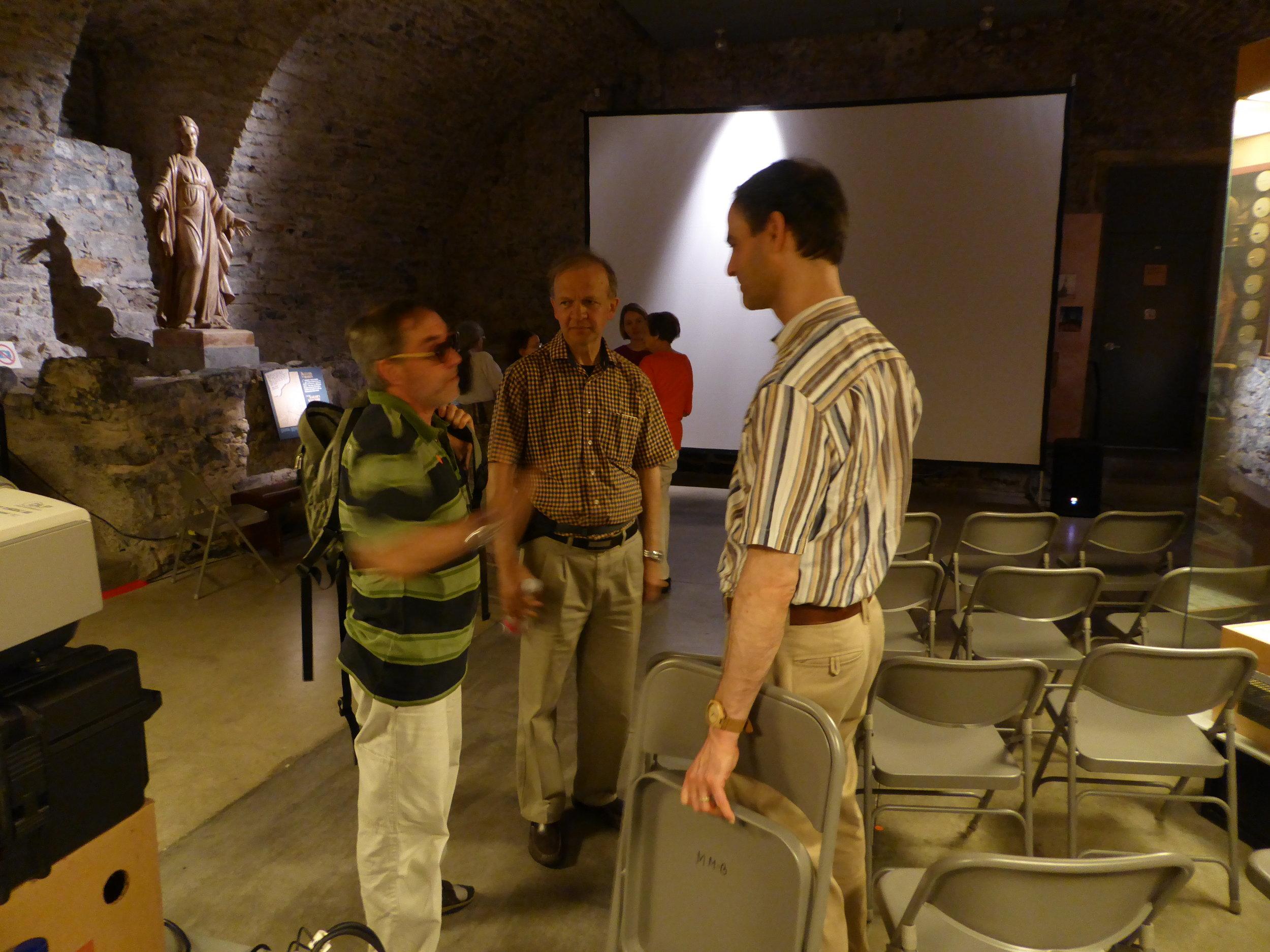 Dans la crypte où le film est diffusé