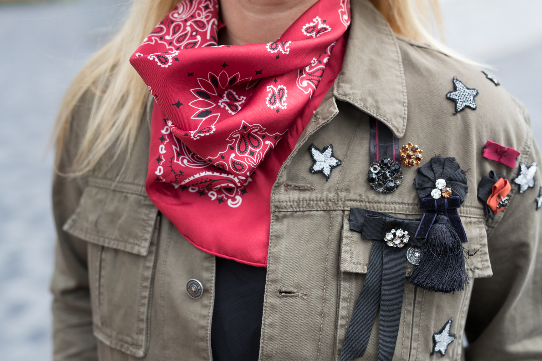 top trends fashion styling tips by blogger mlle jules mademoiselle fun accessories  pins scarf