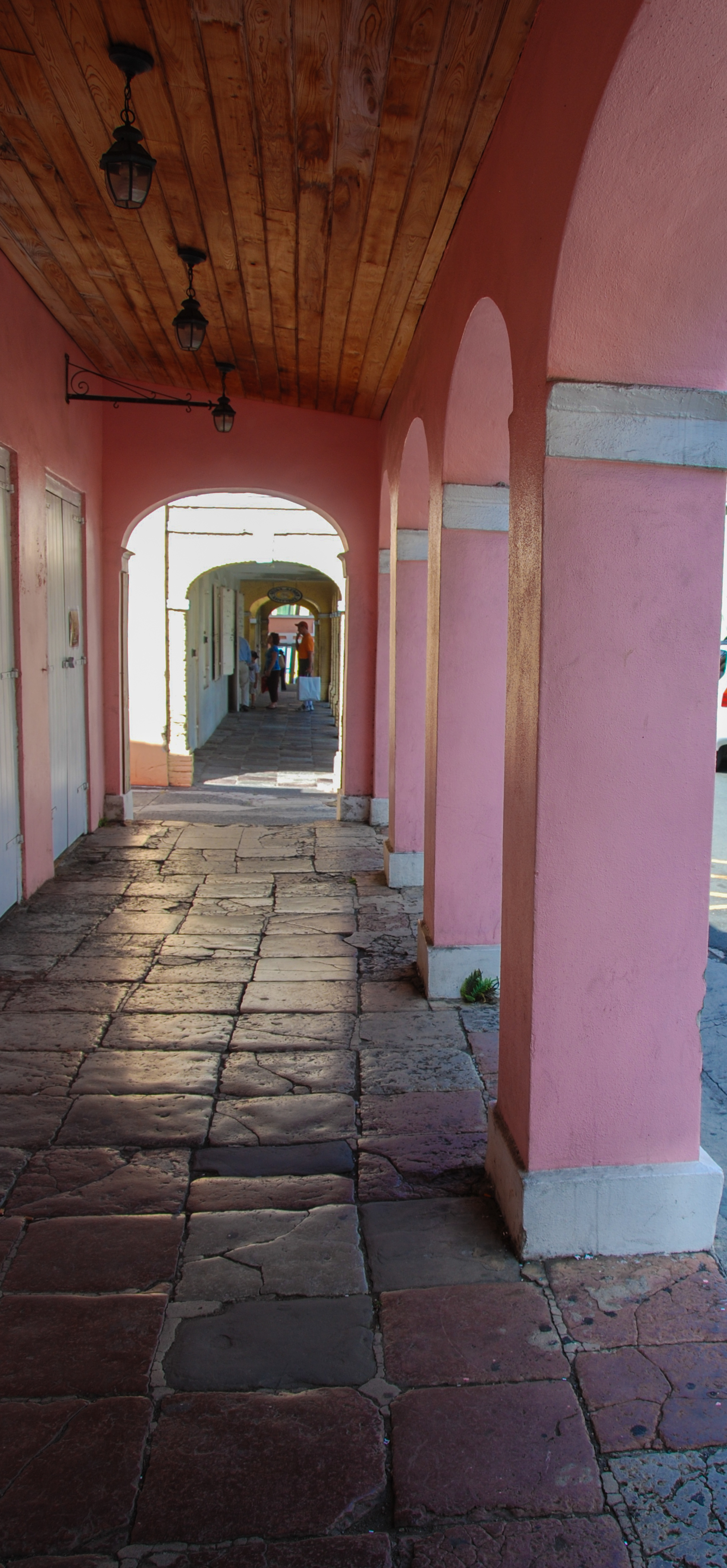 "The ""5-Foot way"" is a BREEZEWAY beneath the arched fronts of old colonial buildings, GIVING releif from sun and rain -- Usually about 5 feet wide."