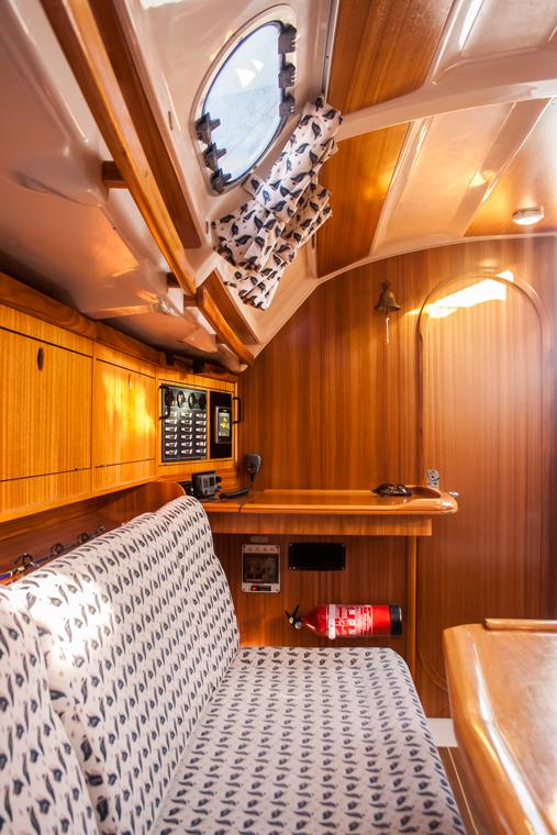 Vista banco salón y mesa de navegación