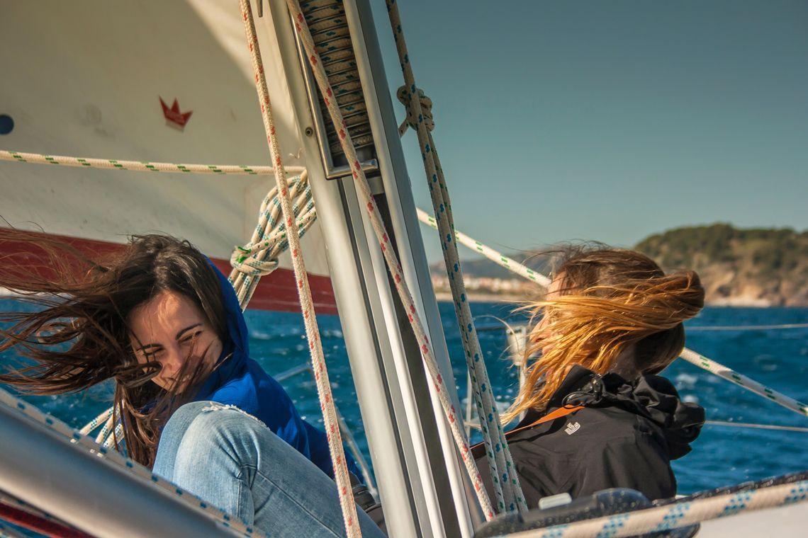 Difrutando del viento en el barco