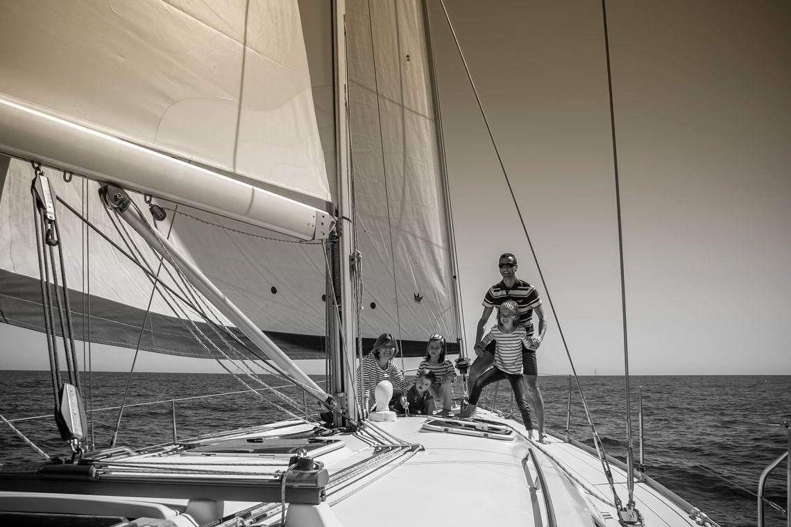 disfrutando del barco con la familia