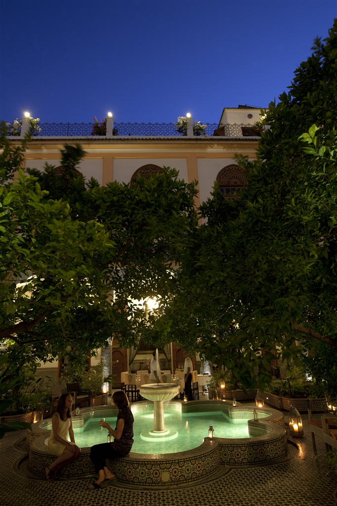 palais amani fountain evening.jpg.1024x0.jpg