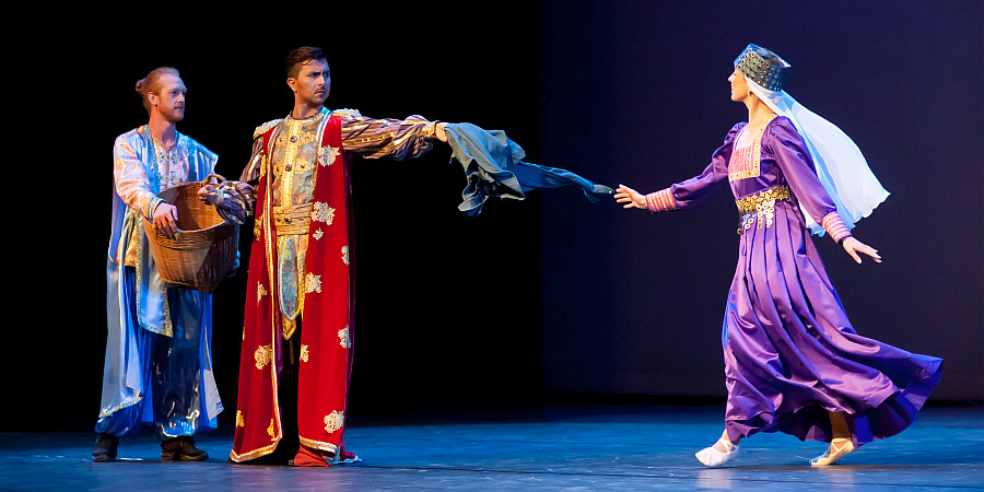 """Edgar Lepe  (red robe) and  Hillary Mimnaugh  (purple) as King and Queen in """"The Happy Man's Shirt"""" (photo: David Tuman)"""