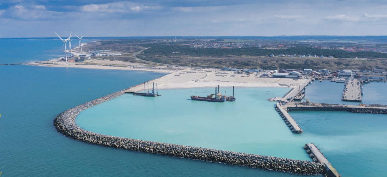 Dronefoto af det igangværende udvidelsesarbejde (april 2019), hvor Hanstholm Havns nye bassin og store baglandsareal træder frem. Foto: Streamfactory
