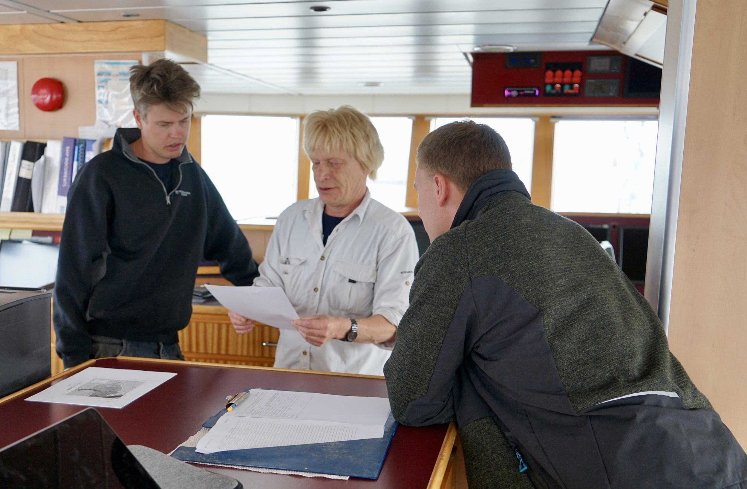 Togtleder, Kai Wieland, og skipper, Jacob Claeson, gennemgår logistikken under det tolv dage langt togt
