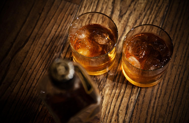 Lär grunderna i hur man provar whisky-whiskey, om vilka glas man ska använda, om historien och framställningen.  Vi provar huvudtyperna av lagrat sädesdestillat och lär oss varför de smakar som de gör med avseende på råvaror, tillverkning, lagring etc. All about Swedish whisky tastings with malt whisky..