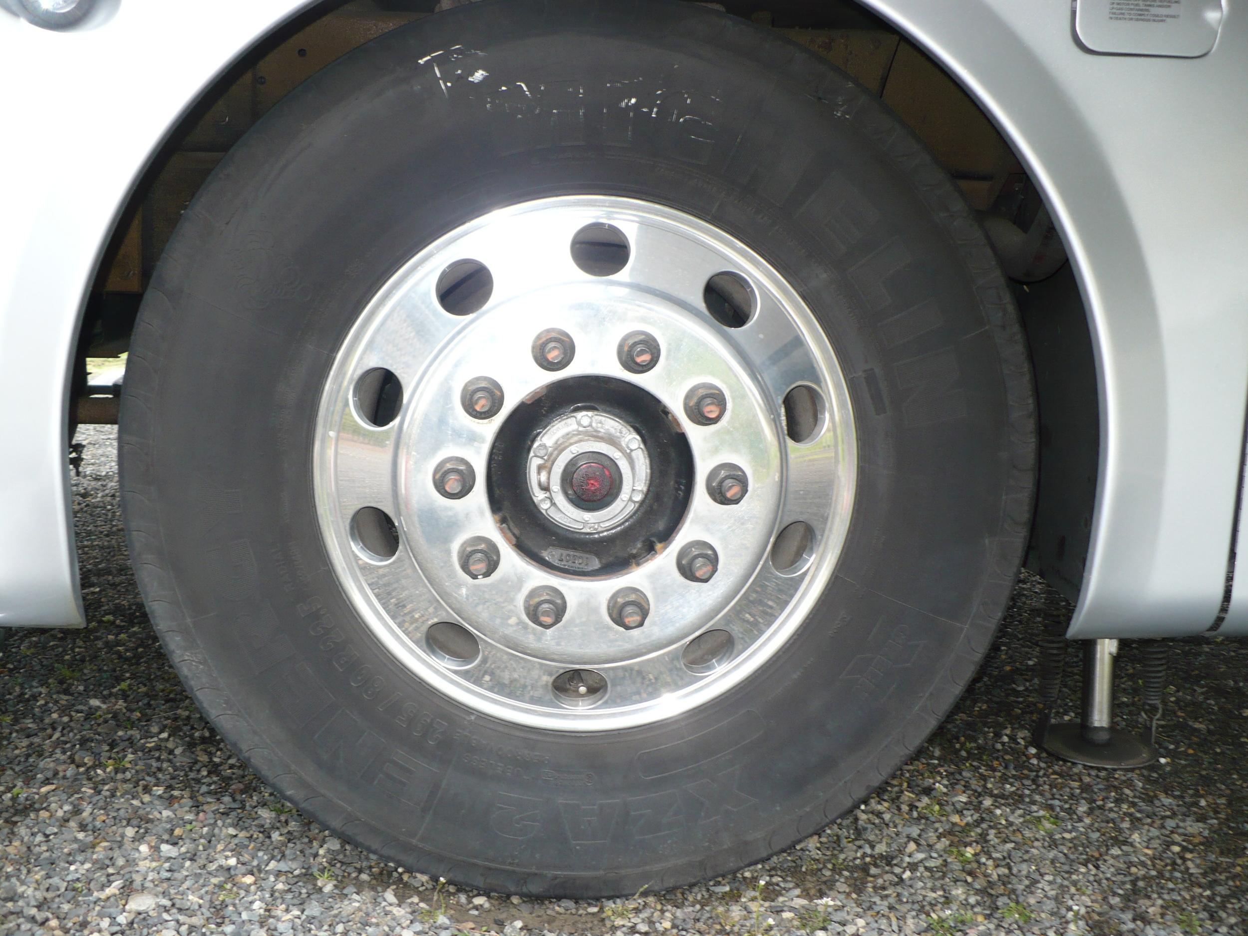20 - COACH ALLEGRO BUS - Front wheel antes de pulir.JPG