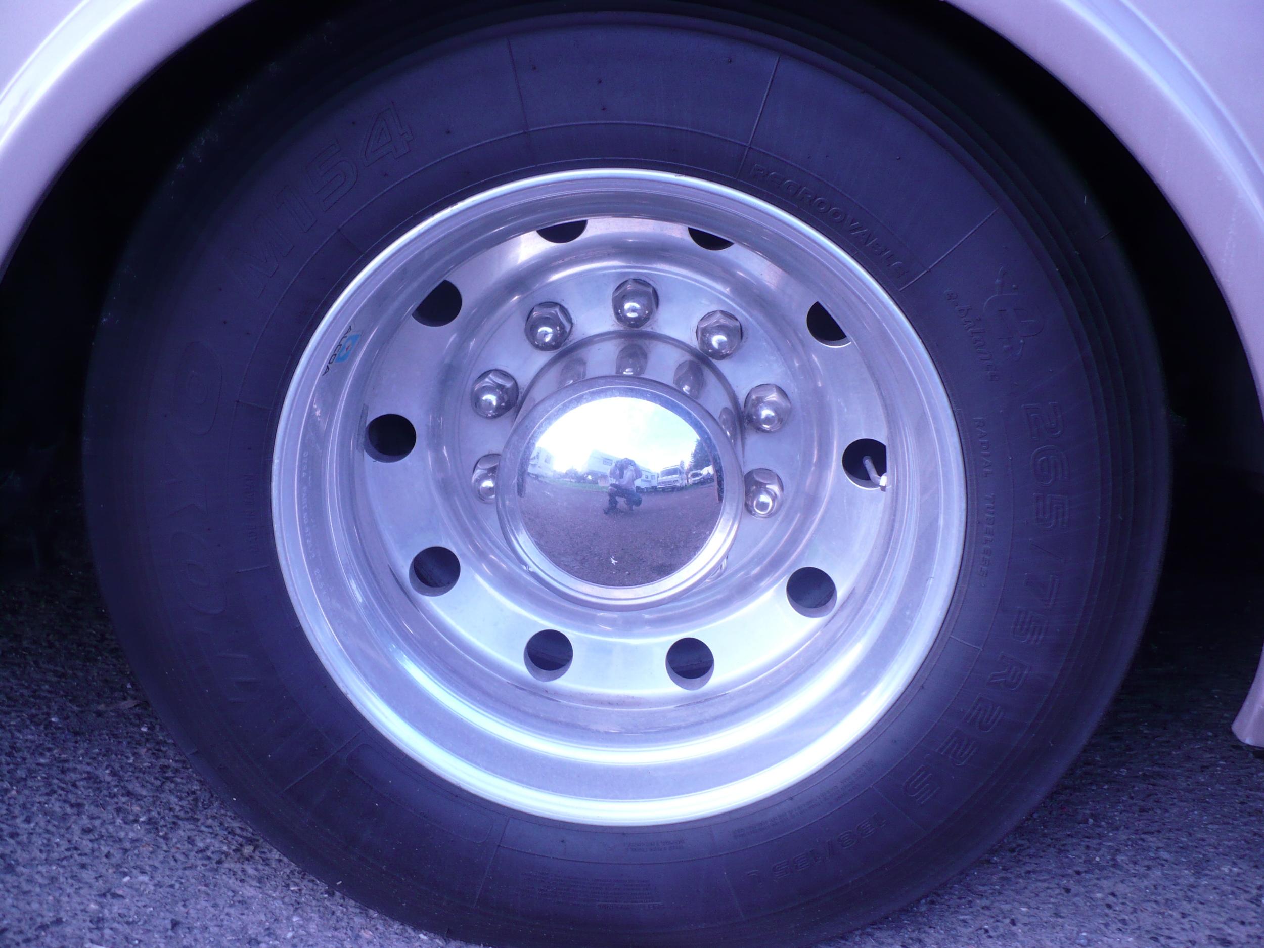 22 - COACH ALLEGRO BUS - Rear wheel antes de pulir.JPG
