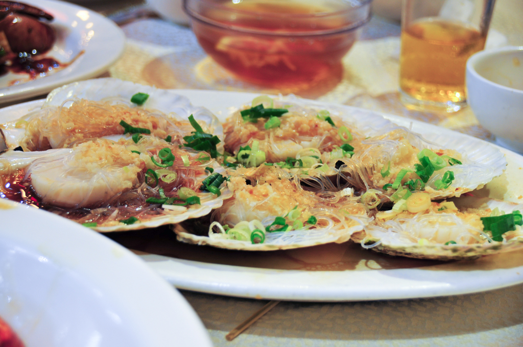 Steamed scallops with vermicelli and minced garlic