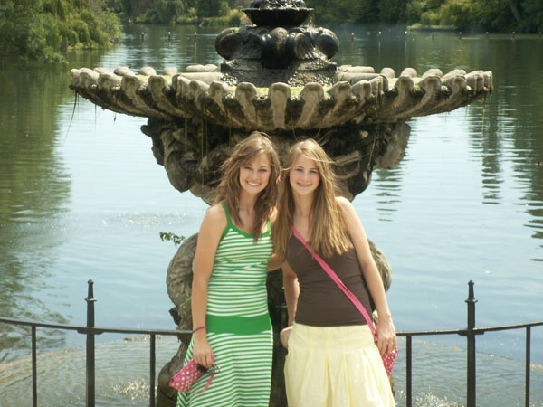 The girls explore London.