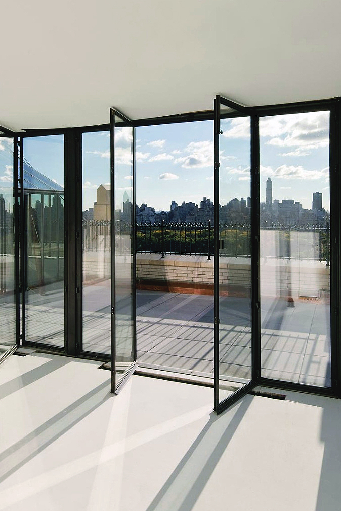 Extraordinary glass balcony with view of NY skyline ITCHBAN.com