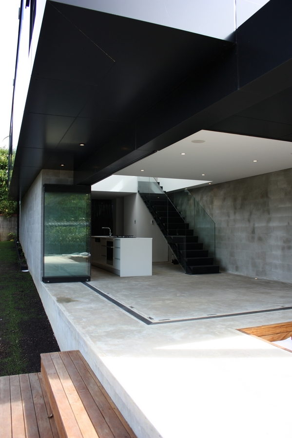 Black roof modern open home architecture ITCHBAN.com
