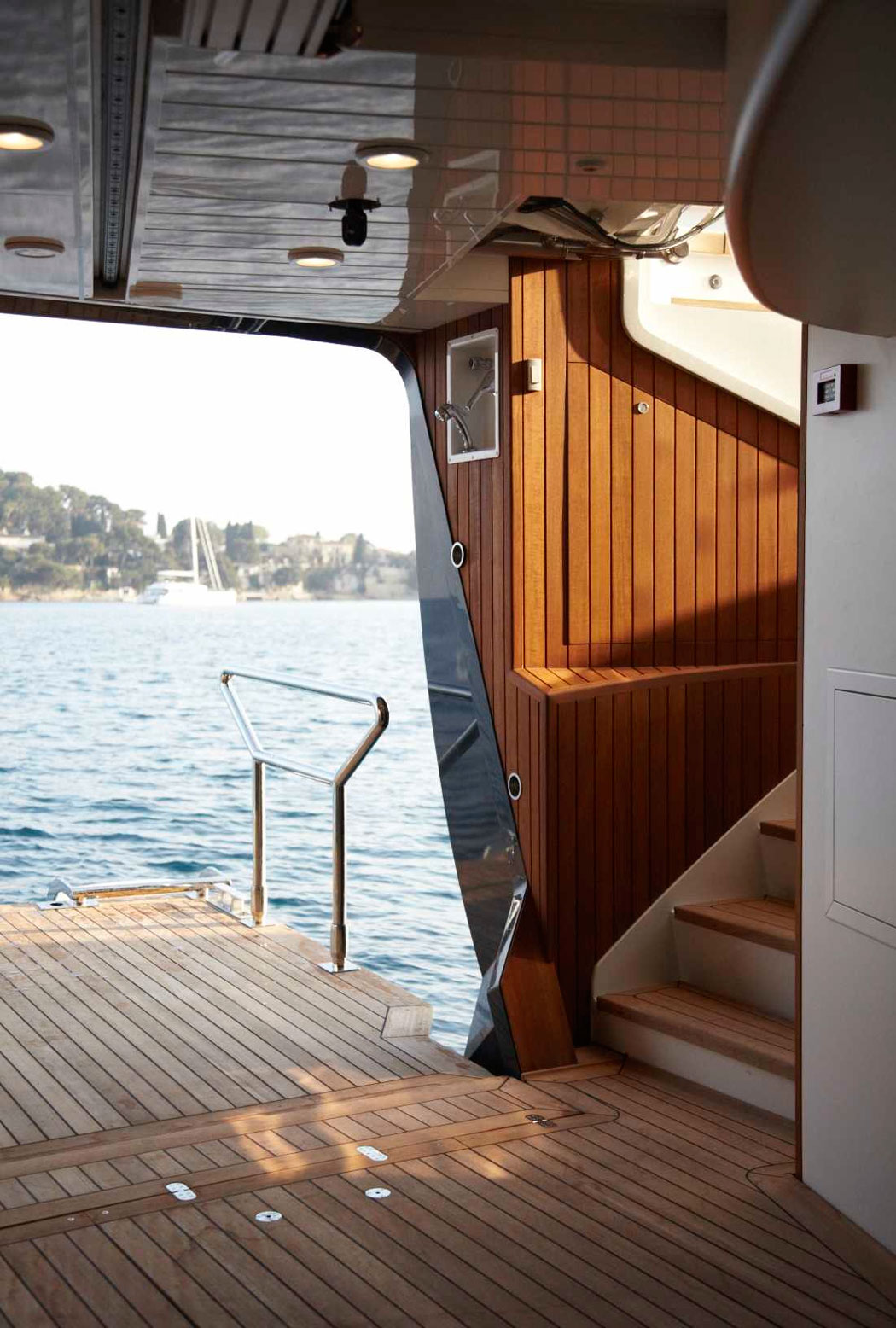 HERO-Million-dollar-yacht-with-open-water-level-deck-ITCHBAN.com