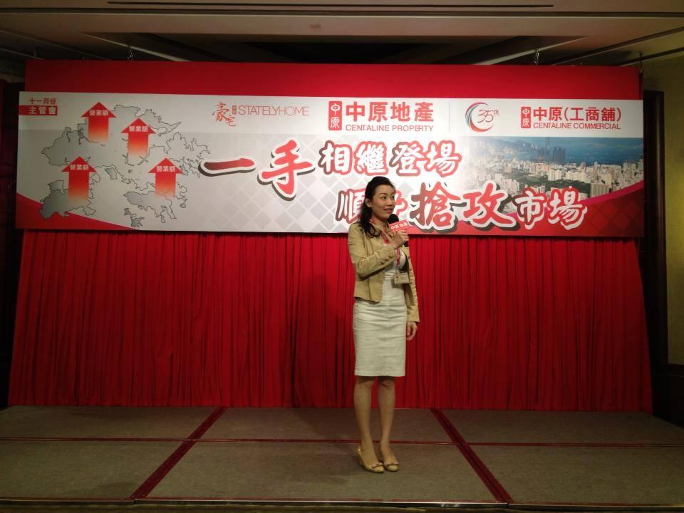 图中:Shirley Ong 正给予台下的观众讲解房地产的市场