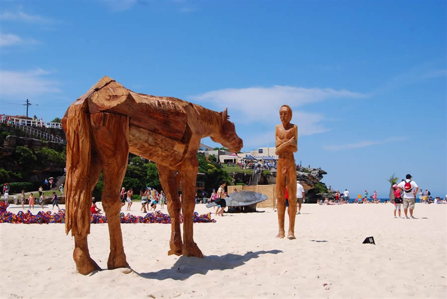 'Hello Mate' Sculpture by the Sea 2010