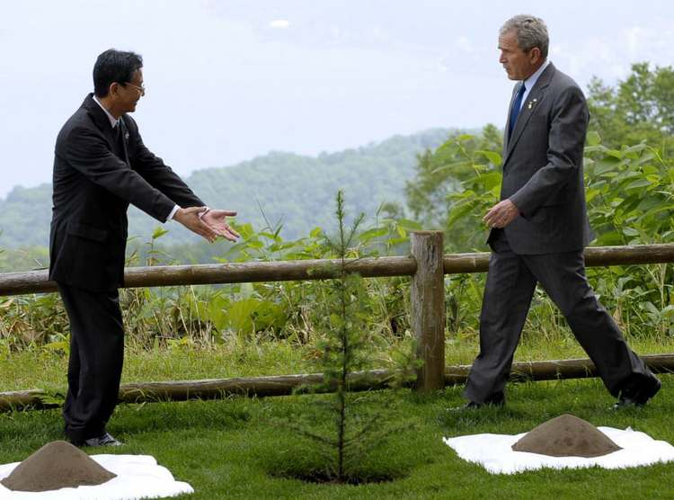 Presidents of USA and Japan planting trees on Earth Day