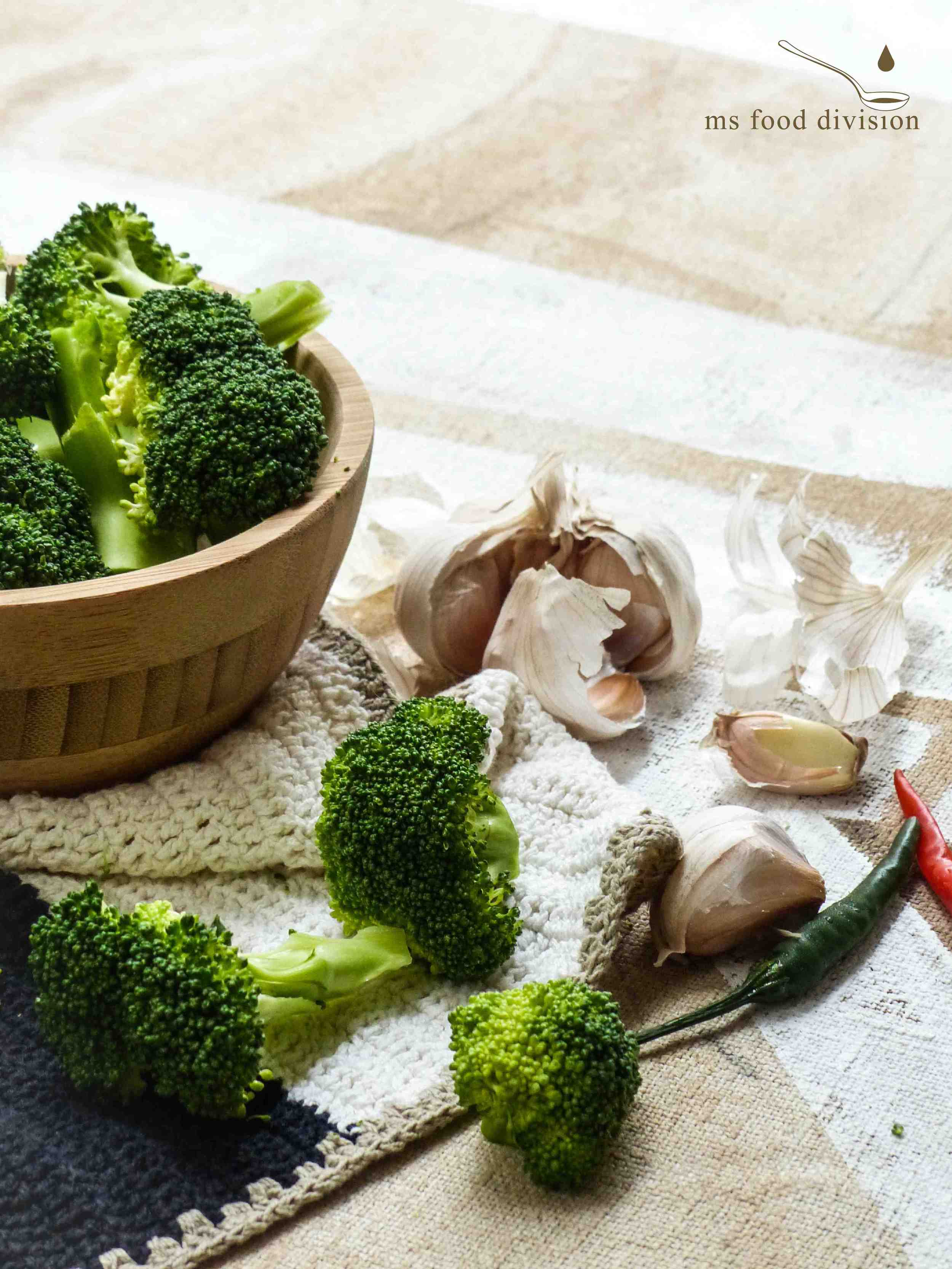 The three essential ingredients are broccoli, garlic, and chili.  With just those three super ingredients, we can whip up an effortless and delicious meal in no time.