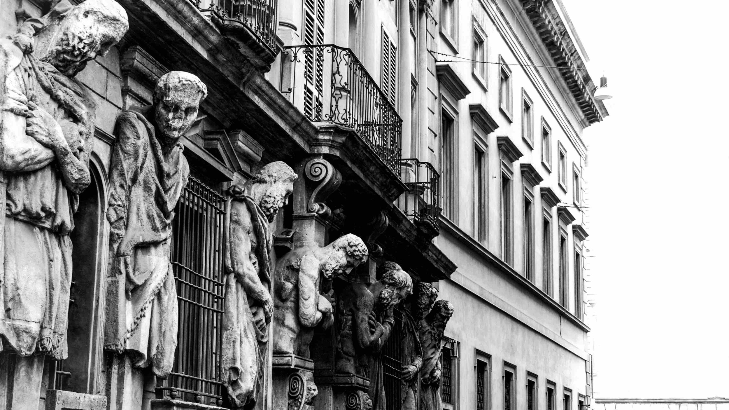 There are so many beautiful old buildings in Milan. Every corner isa possibleshooting site. No wonder this city is a magnet for many artists, designers, models, and photographers.