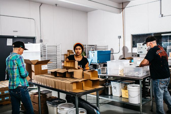 Colocación de pegatinas de regulación en los envases de Dixie. Foto de Ryan David para The New York Times.