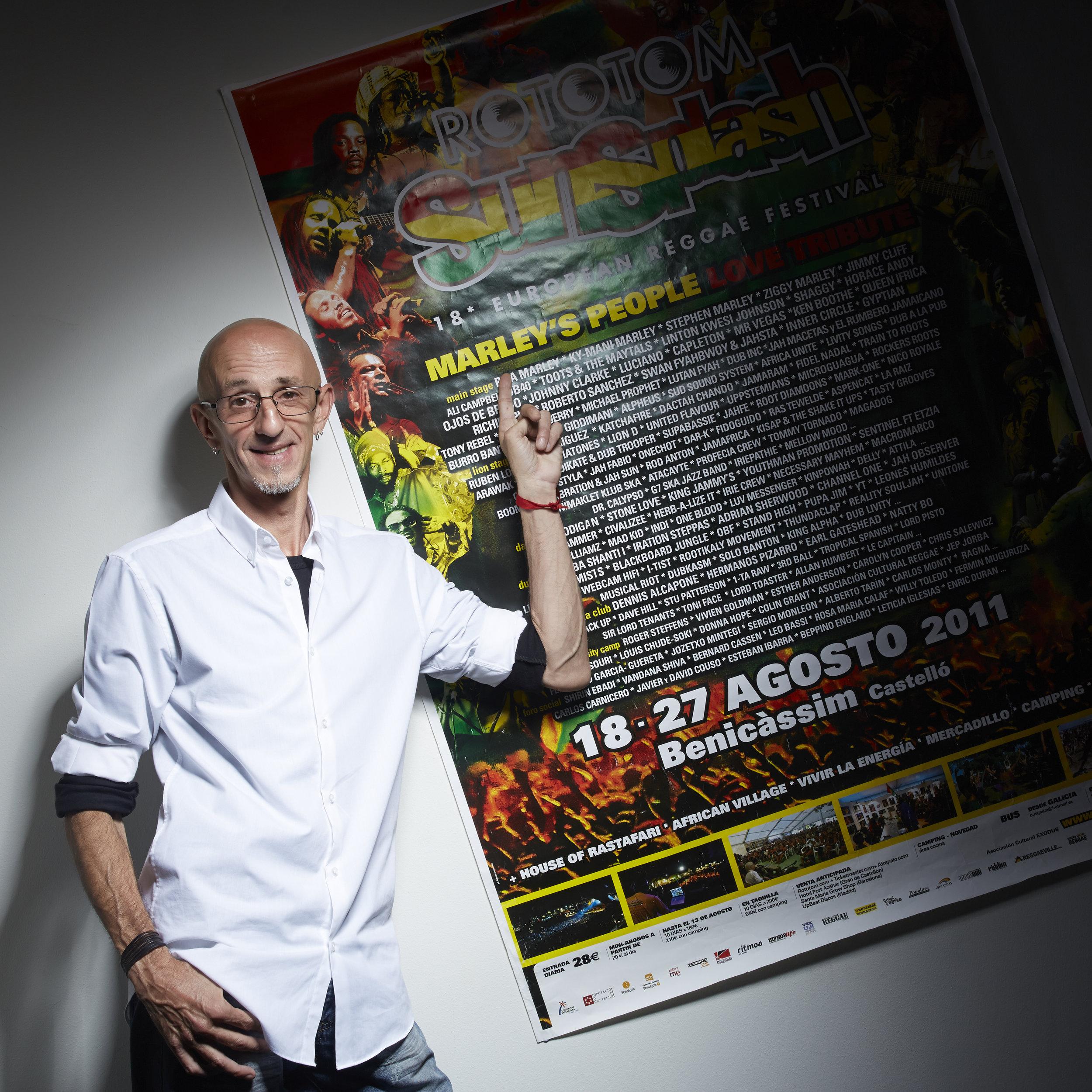 Ángel Loza junto al cartel del Rototom