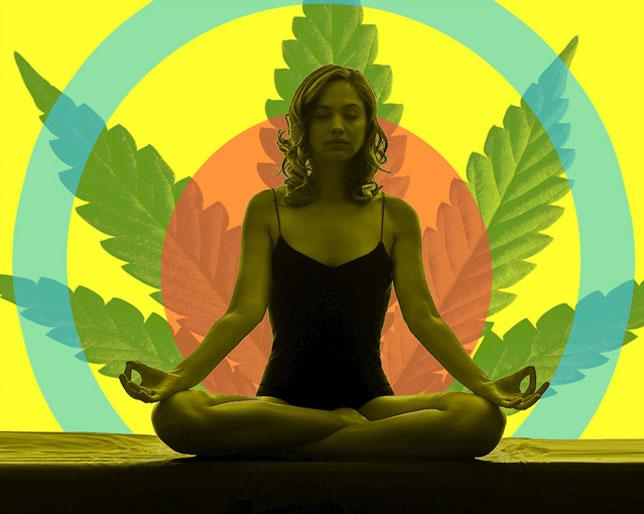 Cada vez más gente practica Yoga combinado con el consumo de cannabis.