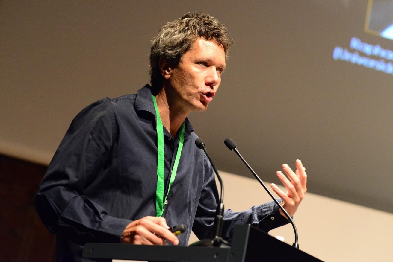 Manuel Guzmán durante la primera conferencia de la jornada 'Políticas Contra el Dolor'. Foto de David Calle.