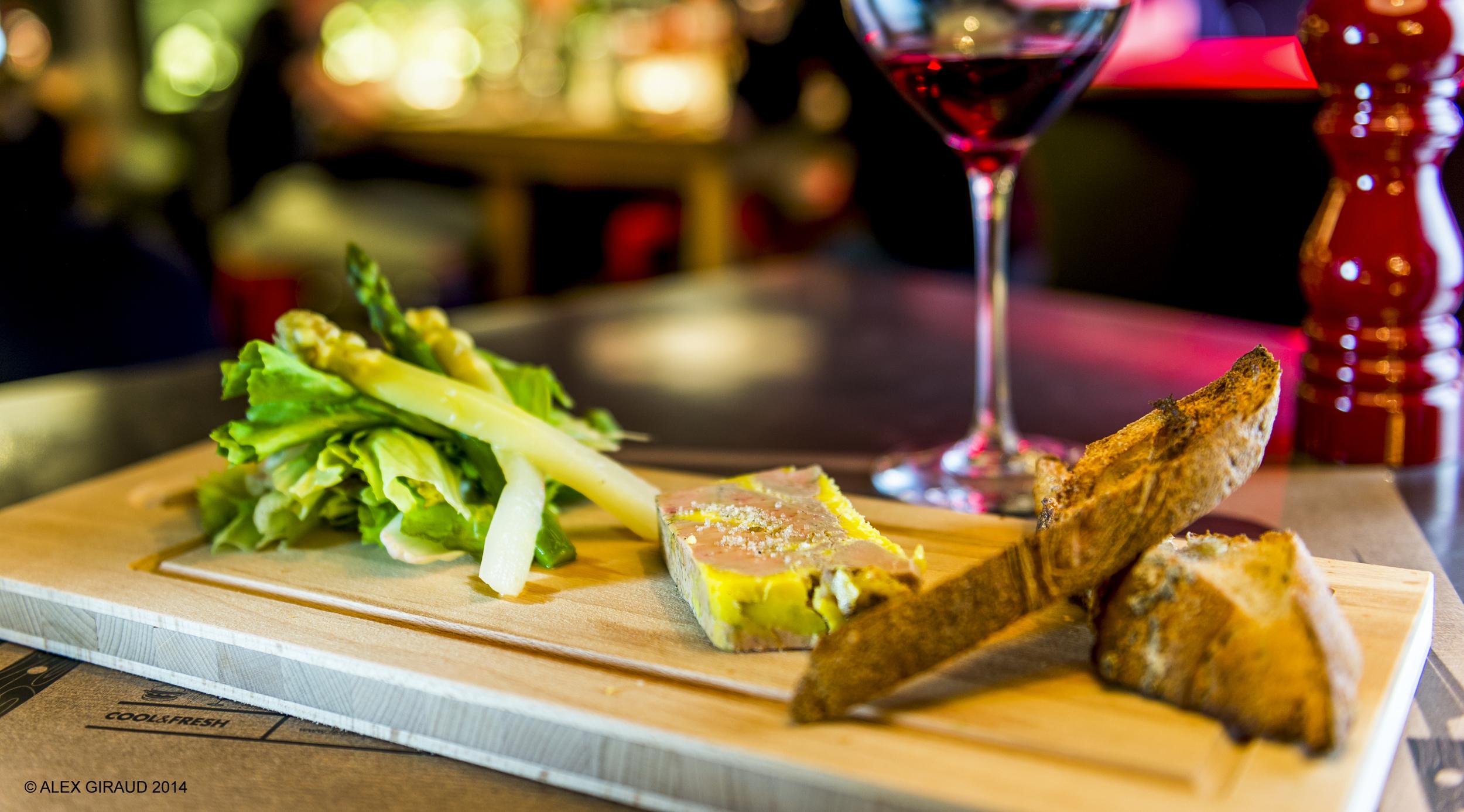 Planche de foie gras mi-cuit,toasts de pain de maiset salade