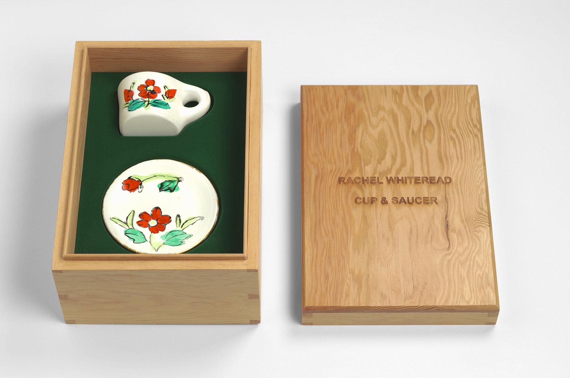 Rachel Whiteread  Cup & Saucer • 2008 Bronze esmaltado e madeira Edição: 25 17 x 23 x 33 cm